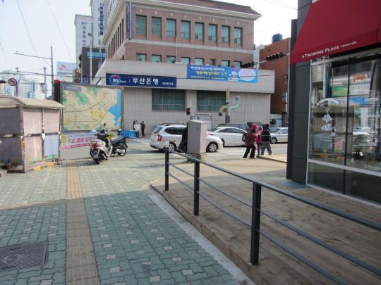 沿馬路走往釜山博物館和釜山文化會館