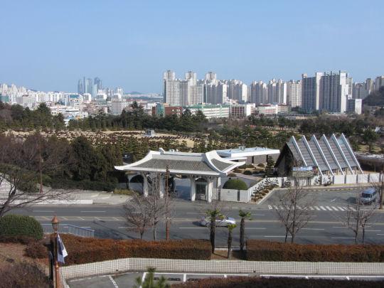 釜山文化會館平台俯瞰山坡下UN 紀念公園