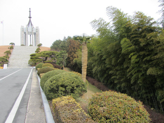 一直向上步行釜山中央公園忠魂塔