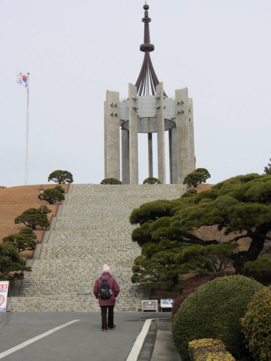 抵達釜山中央公園忠魂塔下