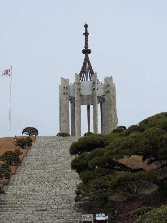 走上百多級石階才到達釜山中央公園忠魂塔