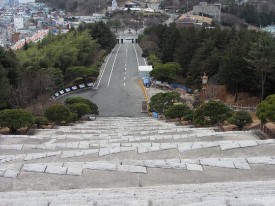 釜山中央公園忠魂塔 Z 型石階設計