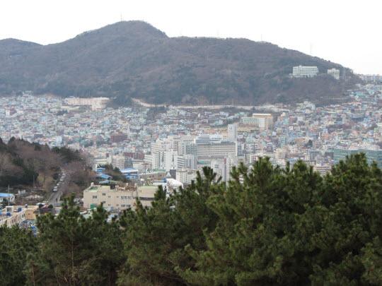 釜山中央公園忠魂塔俯瞰釜山市區景色
