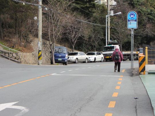 從中央公園沿馬路向下走往巴士站乘巴士往南浦洞