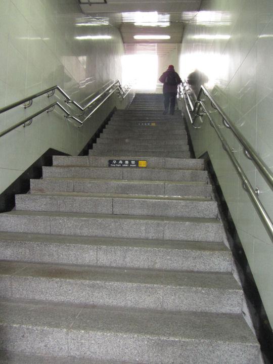 從慶星大學-釜慶大學地鐵站6號出口石階走上