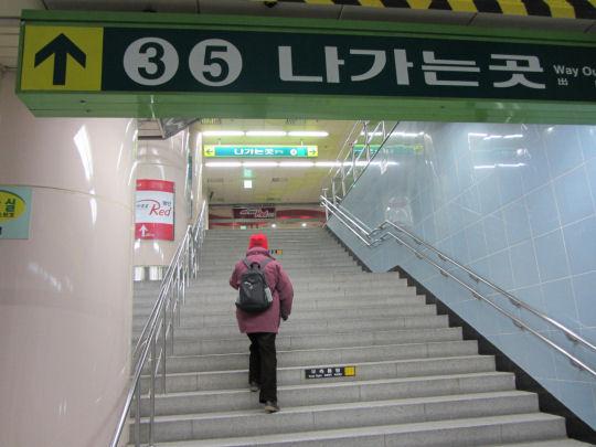 地鐵3號或5號出口走往廣安里海水浴場
