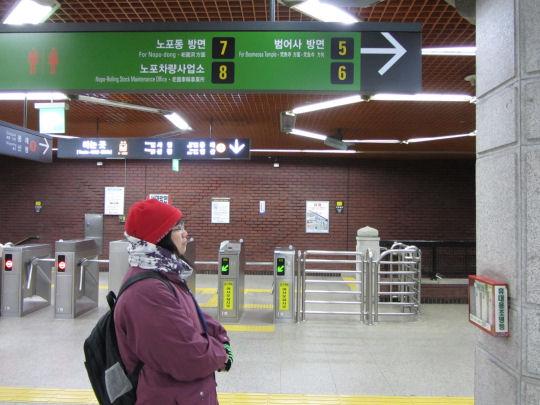 釜山驛站乘地鐵1號線往梵魚寺站
