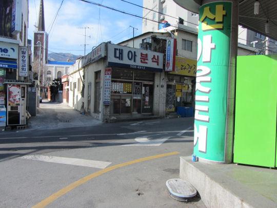 從地鐵梵魚寺站3號出口走上街道