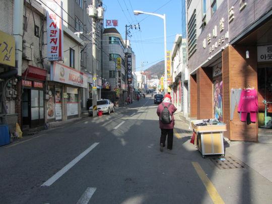離開地鐵梵魚寺站 沿街道走往巴士站