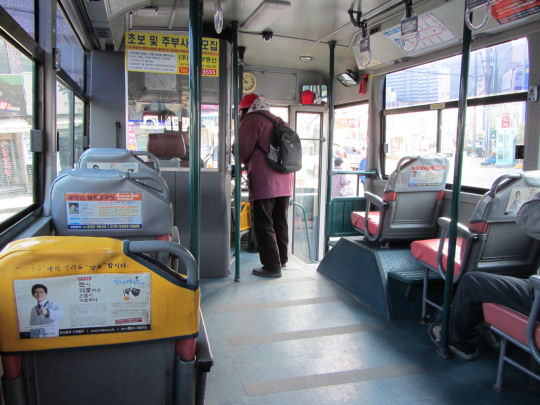 登上往梵魚寺的巴士