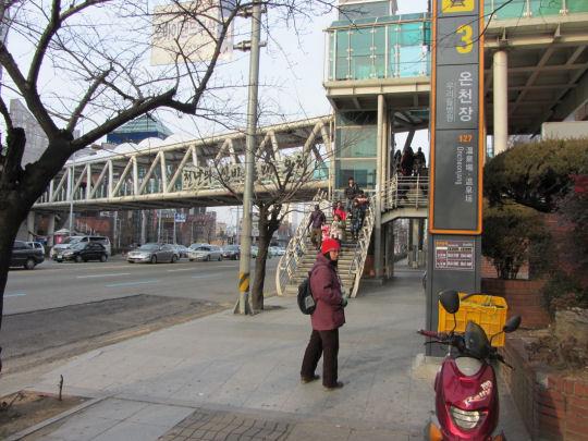 往東萊溫泉露天足湯 地鐵溫泉場站3號出口才對