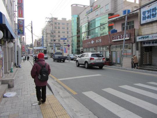 沿筆直小街走往東萊溫泉 露天足湯