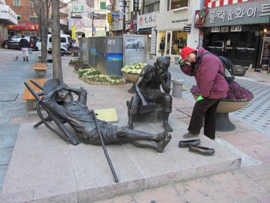 釜山40階梯海濱大道爸爸休息雕像