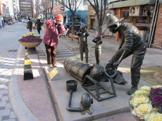 釜山40階梯火車之路 爆米花小販雕像