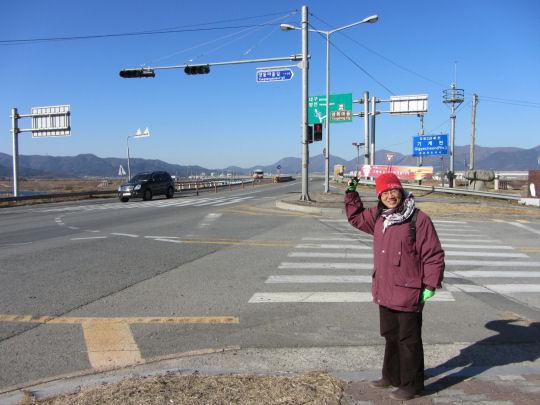良洞民俗村 江邊的高速公路旁的巴士站下車