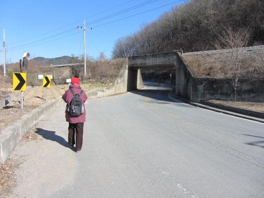 拐右穿過火車軌 一直向前走往良洞民俗村