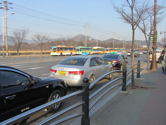 慶州市外巴士站有很多巴士停在路旁