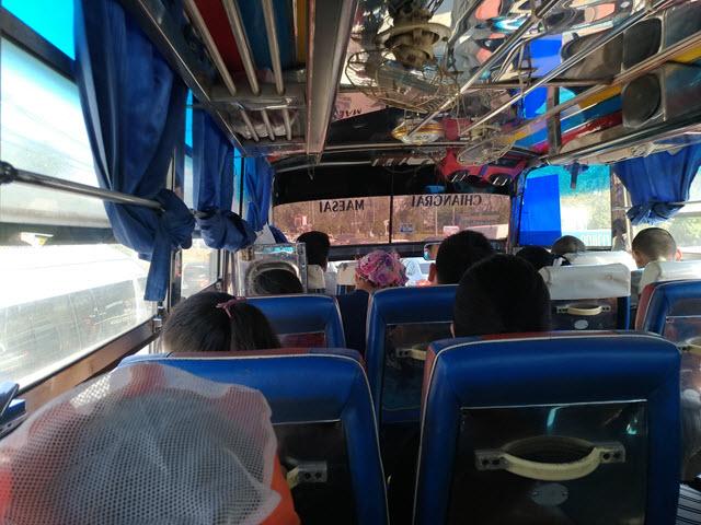 美沾乘小型巴士往 Huai Khrai