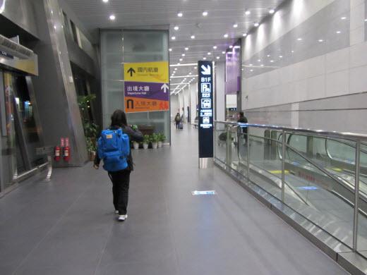 台中機場入境大堂往公車站步行路線