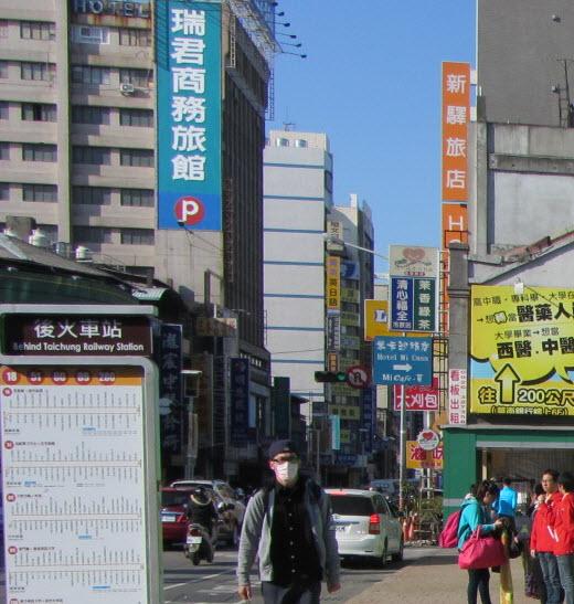 從機場巴士火車站終點站步行往企業家大飯店路線及街景