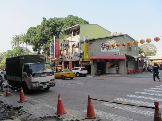 台南赤崁東街 食店一間連接一間