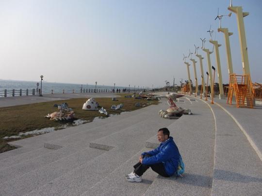 高雄旗津風車公園 海旁的行人步道和風車
