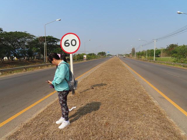 步行往 Sakon Nakhon Nong Han 湖生態公園