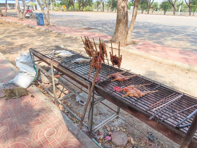Sakon Nakhon Nong Han 湖生態公園入口湖邊餐廳的烤雞和烤魚