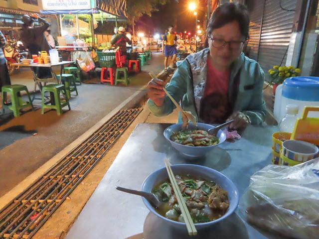那空拍儂 (Nakhon Phanom) Fueang Nakon 街夜市
