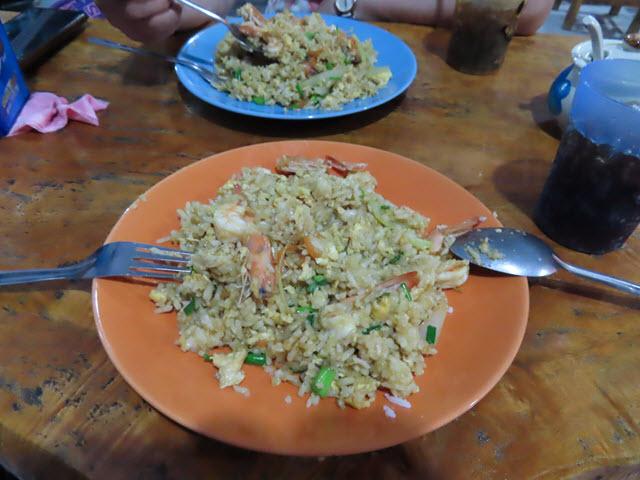 Nakhon Phanom U- Home Hotel 斜對面餐館晚餐