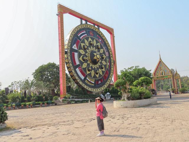Khong Chiam Wat Tham Khuha Sawan 巨型彩色銅鑼